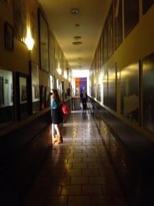 廊下の壁にはアルティスタの写真があります。
